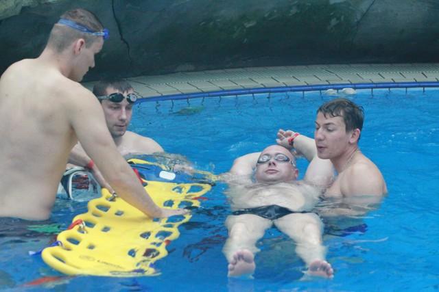 Policjanci ćwiczyli na basenach Fali