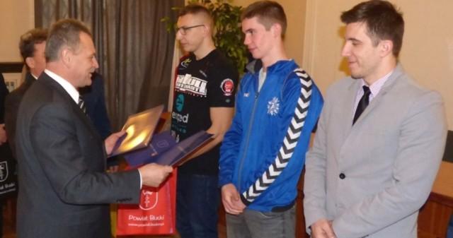 Starosta Jerzy Kolarz wręczył nagrody także buskim bokserom.