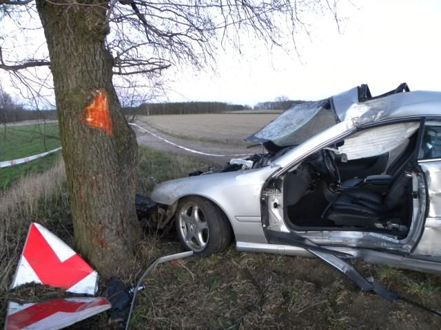 Poważny wypadek w Dębsku. Samochód uderzył w drzewo