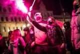 Strajk Kobiet w Bydgoszczy. Protestujący zablokowali ulicę Jagiellońską, były przepychanki z policją [nowe zdjęcia]