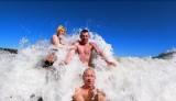 Morsowanie w Bałtyku. Kusfelskie Morsy pokazują, że nawet bez mroźnej wody i lodu w morzu można się świetnie bawić | ZDJĘCIA