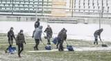 Piłkarze i trenerzy Lechii Gdańsk odśnieżyli boisko w przerwie meczu. W drugiej połowie plac gry był lepszy [zdjęcia]