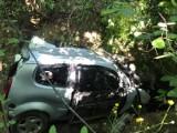 Korzenna. Samochód wypadł z drogi i wpadł do głębokiego jaru