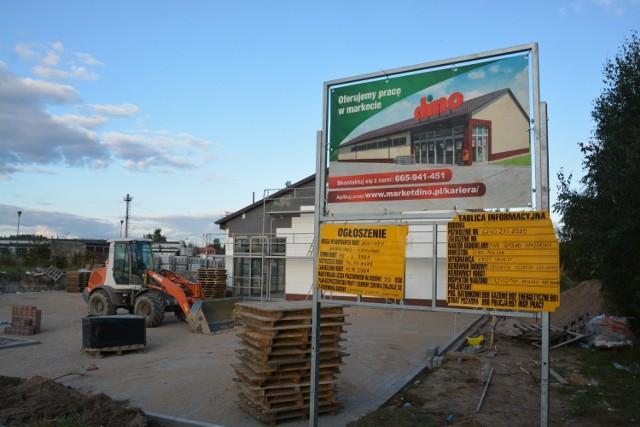 Budowa Dino na ulicy Wojska Polskiego w Sępólnie zmierza ku końcowi