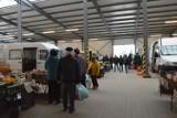 Spory ruch na targu w Ostrowcu. Mieszkańcy robią przedświąteczne zakupy (ZDJĘCIA)