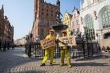 Krzysztof Skiba i Paweł Konjo Konnak żądają uwolnienia gumowej kaczki. Happening pod fontanną Neptuna w Gdańsku [wideo]