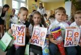 Minister Edukacji Narodowej rozdawała podręczniki pierwszoklasistom