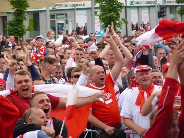 W pierwszym meczu grupowym na Mistrzostwach Europy we Francji, biało-czerwoni pokonali Irlandię Północną 1:0 po golu strzelonym przez Arkadiusza Milika. Mieszkańcy Koszalina głośno dopingowali naszych kadrowiczów na Rynku Staromiejskim.