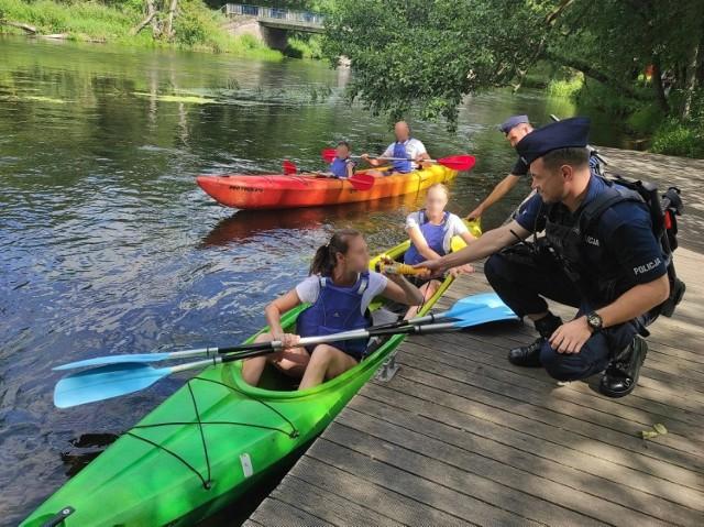 Turyści w Borach Tucholskich podczas spływów kajakowych mogą spodziewać się policyjnych kontroli
