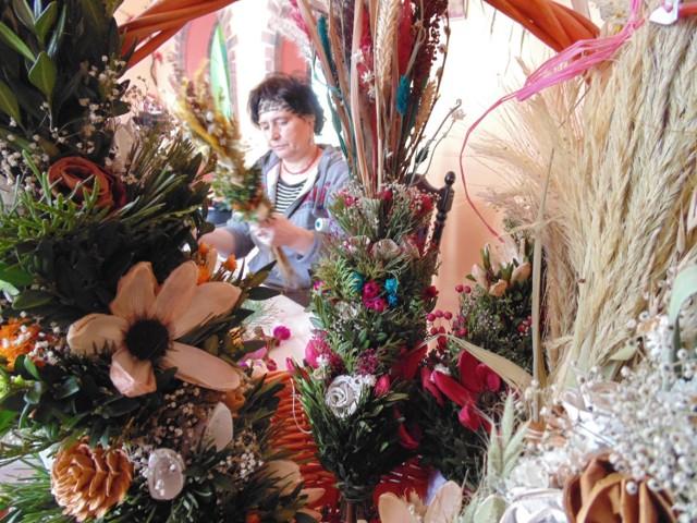 Pani Jolanta Morek z Józefowa nad Wisłą i jej wielkanocne palmy