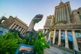 """Przed Pałacem Kultury i Nauki pojawiły się ruchome dinozaury. """"To pierwsza  tego typu instalacja na świecie"""""""