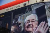"""Andrzej Wajda patronem tramwaju w Gdańsku! """"Gdańskiej legendzie pomógł trwać wiecznie"""". Imię reżysera otrzymał pojazd z numerem 1076"""