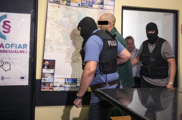 Na dożywocie Sąd Okręgowy w Łodzi skazał w piątek 31-letniego Artura W. Prokuratura zarzuciła mu brutalne zabójstwo 20-letniej przyjaciółki, której ciało ukrył w wersalce w mieszkaniu w Łodzi na Teofilowie.   CZYTAJ DALEJ NA NASTĘPNYM SLAJDZIE