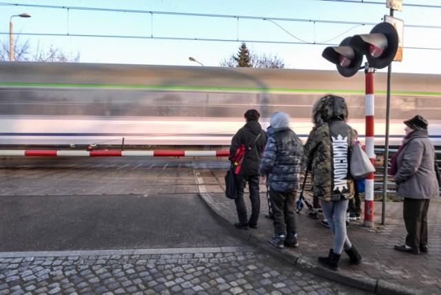 Przejście dla pieszych przez magistralę kolejową na gdańskiej Oruni