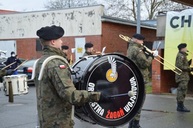 Żagańska orkiestra wojskowa zagrała dla chorych w szpitalu covidowym. Muzycy chcieli, aby pacjenci chociaż przez chwile poczuli magie świąt