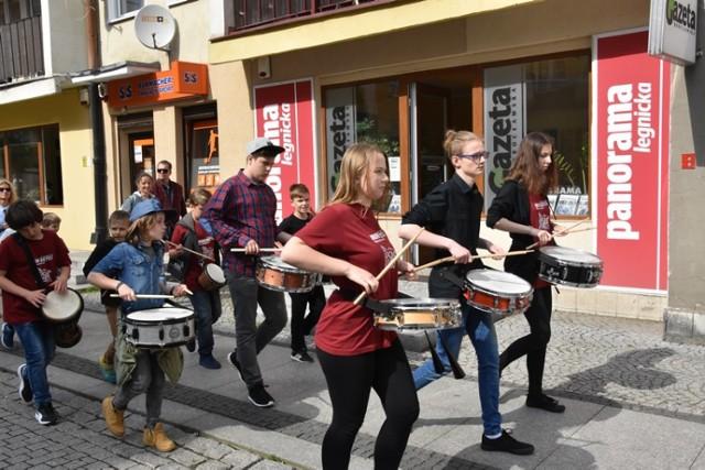 Parada perkusyjna Drum Battle w Legnicy.