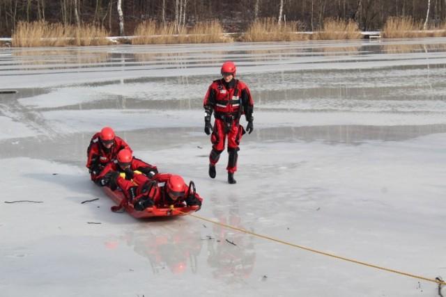 Ćwiczenia na lodzie strażaków z Żor