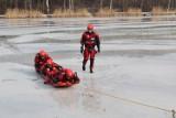 Załamał się lód. Co robić? Jak się ratować? Jak pomóc poszkodowanemu? Przeczytajcie rady straży pożarnej