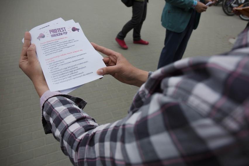 Rodzice protestowali przed szkołą w Kokoszkach, delegacja była u ministra [AKTUALIZACJA]