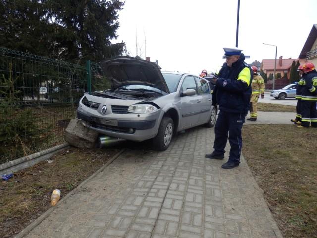 Po zderzeniu jeden z samochodów zjechał na chodnik