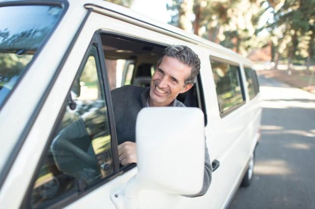 Kierowcą może zostać praktycznie każdy, kto czuje się pewnie za kółkiem i regularnie jeździ autem. Aby prowadzić niektóre pojazdy, np. autobus lub ciężarówkę, trzeba jednak zdobyć dodatkowe uprawnienia. Sprawdź, czy opłaca się zostać kierowcą i w których częściach kraju pracodawcy oferują najwyższe zarobki.