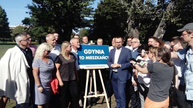 Marcin Horała pojawił się w poniedziałek w parku otoczony grupą zwolenników.