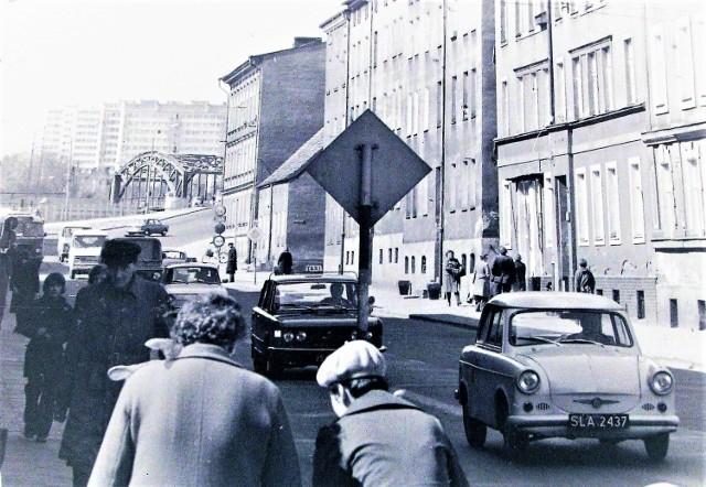 Lata 70. na ul. Wolności - Trabant 600 (poprzednik dobrze znanego 601), a dalej m.in. Fiat 125p, Skoda 100.