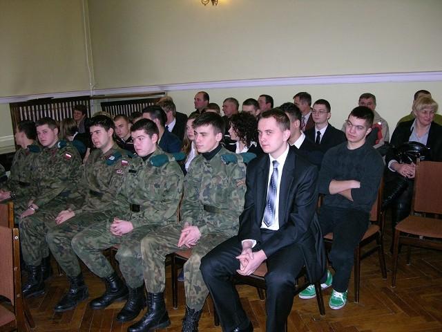 Uczniowie z Godzianowa tłumnie przybyli, aby bronić swojej szkoły
