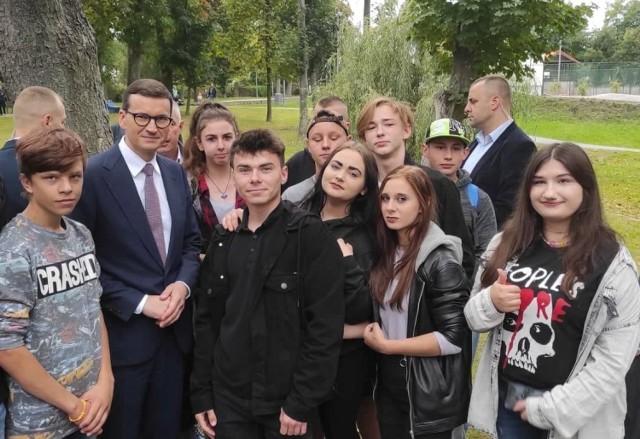 Jędrzejowska młodzież na spotkaniu z premierem Mateuszem Morawieckim. Były krótkie rozmowy i wspólne fotografie.