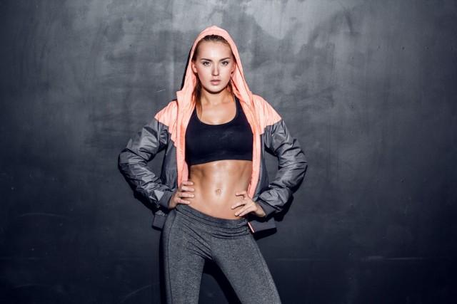 Płaski brzuch to nie tylko zasługa dobrej diety – niezbędna jest też odpowiednia stymulacja mięśni tułowia.   Polecamy TOP 10 ćwiczeń na płaski brzuch, które można wykonywać wszędzie!   Zobacz kolejne slajdy, przesuwając zdjęcia w prawo, naciśnij strzałkę lub przycisk NASTĘPNE.