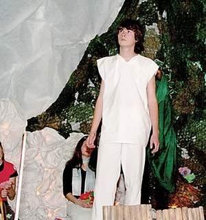 Biblijny Adam z przedstawienia parafialnego kółka teatralnego w Lubllińca.