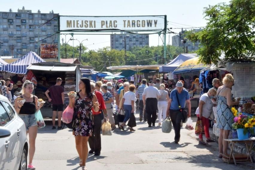 W piątek, 30 lipca mnóstwo ludzi robiło zakupy na bazarach w...