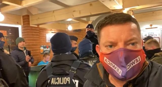 Do interwencji policji w pszczyńskim lokalu doszło w sobotni wieczór. Wydarzenie relacjonował poseł Przemysław Koperski.  Zobacz kolejne zdjęcia. Przesuwaj zdjęcia w prawo - naciśnij strzałkę lub przycisk NASTĘPNE