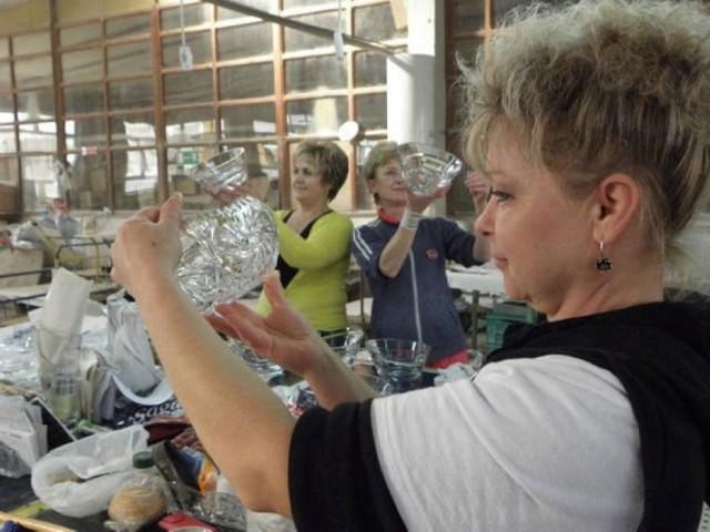 """Niegdyś kryształy, wazony, szklanki i kieliszki made in """"Irena"""" można było spotkać niemal w każdym polskim domu. Zobaczcie zdjęcia z archiwum """"Gazety Pomorskiej"""", a na nich hutników przy pracy, w trakcie odpoczynku, a nawet protestu. Znajdziecie tu też dzieła, które wychodziły spod ich rąk."""