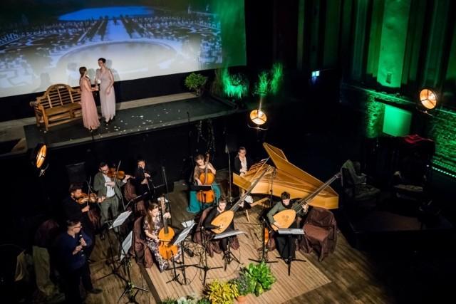 """W """"Ogrodach Wersalu"""" mogliśmy usłyszeć sopranowe głosy Elżbiety Izdebskiej i Heleny Breger, które śpiewały pieśni solo i w duecie, zjawisko brzmiąc i prezentując się wraz z zespołem Intemperata, grającym na historycznych instrumentach."""
