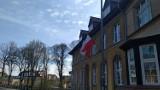 Barwy narodowe zawisły na budynkach w Dzień Flagi