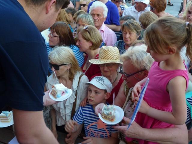 Poniedziałek był ostatnim dniem obchodów 750-lecia Koszalina. Tego dnia na Rynku Staromiejskim dla mieszkańców miasta przygotowano kolejne atrakcje. Był tort przygotowany przez cztery najstarsze koszalińskie cukiernie. Łącznie przygotowano ponad 1000 porcji. Wszyscy chętni mogli również otrzymać pamiątkową monetę z pieczęcią 750-lecia.