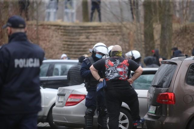 Kibice kontra policja w Sosnowcu  Zobacz kolejne zdjęcia. Przesuwaj zdjęcia w prawo - naciśnij strzałkę lub przycisk NASTĘPNE