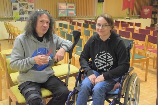 Natalia Jelińska porusza się na wózku inwalidzkim. Przed nią długa rehabilitacja. Jej mąż Maciej chodzi w ortezie