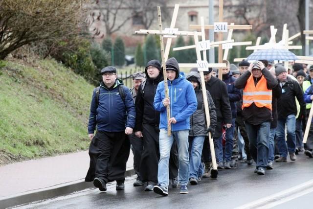Mężczyźni idą w Drodze Krzyżowej
