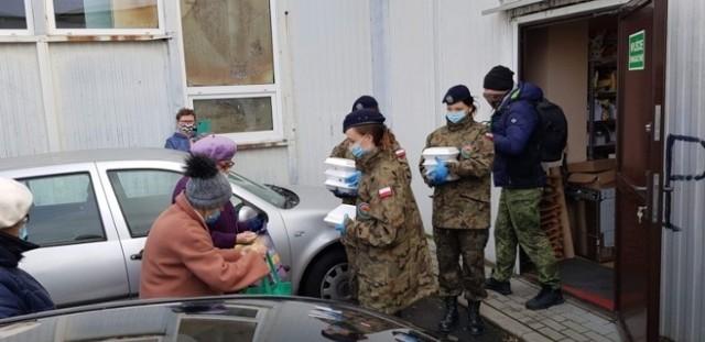 Uczennice  klas mundurowych Zespołu Szkół w Kościelcu pomagały w rozdawaniu żywności seniorom
