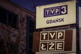 """Banerowy protest przed TVP Gdańsk. Napis """"TVP ŁŻE"""" przed drugą rocznicą ataku na Pawła Adamowicza"""
