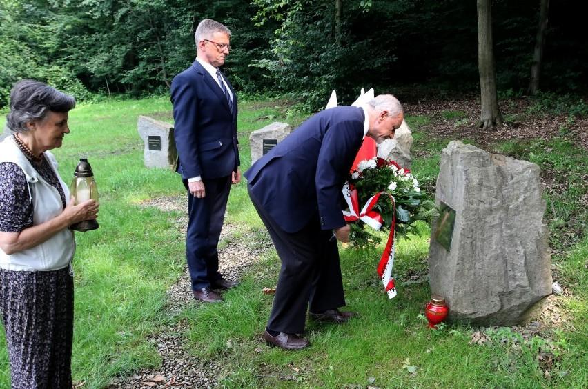 Przewodniczący Sejmiku Małopolskiego złożył kwiaty pod Głazem Smoleńskim w Falkowej