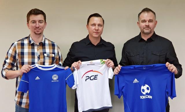 Na zdjęciu od lewej strony: Rafał Doleciński (FA Bełchatów), Szymon Serwa (prezes Akademii GKS), Jacek Popek (AP Soccer Bełchatów)