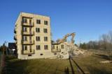 Z krajobrazu Legnicy znika charakterystyczny blok. Nikt w nim nigdy nie mieszkał! [ZDJĘCIA]