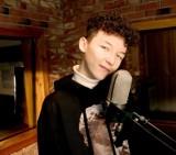Marcin Maciejczak, zwycięzca The Voice Kids śpiewa dla Was! Zobacz koncert z dużego pokoju!