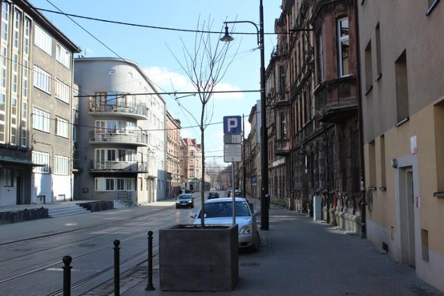 18 donic z drzewami pojawiło się przy ul. Katowickiej w Bytomiu. Wkrótce to miejsce się zazieleni.
