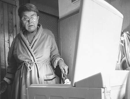 Pani Krystyna bezskutecznie walczy z pralką i producentem. Fot: SYLWESTER  WITKOWSKI