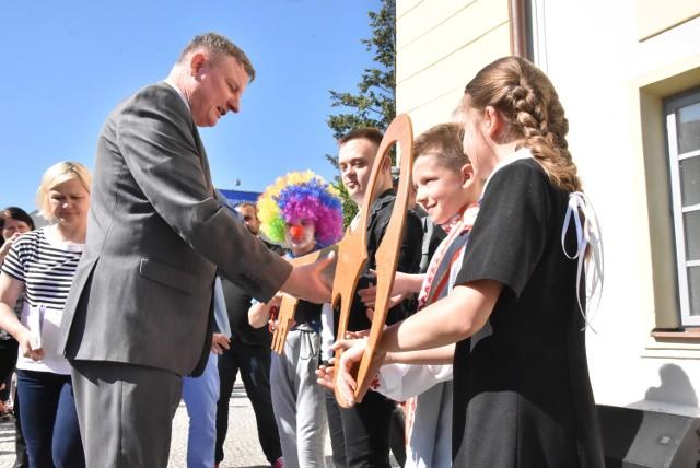 W czwartek burmistrz symbolicznie przekazał dzieciom i młodzieży klucze od bram miasta