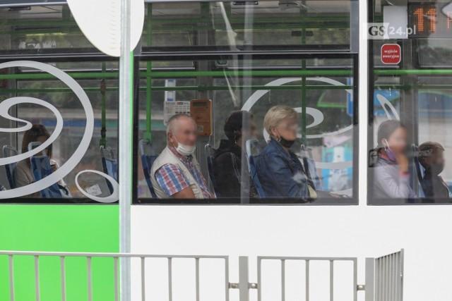 Pasażerowie komunikacji miejskiej w Szczecinie bez maseczek zakrywających usta i nos